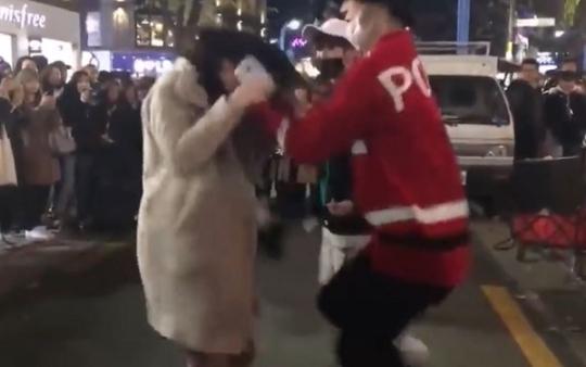 댄스팀 '하람꾼'의 리더 임모씨가 여성의 머리를 붙잡고 흔드는 모습 /사진=유튜브 영상 캡처