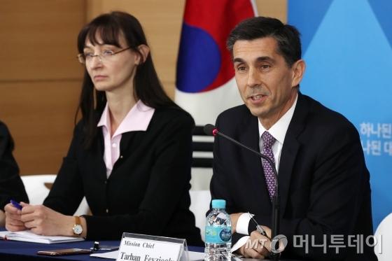 타르한 페이지오글루 국제통화기금(IMF) 단장이 14일 오후 서울 종로구 정부서울청사에서 '2017년 IMF-한국 연례협의 결과'를 발표하고 있다.IMF는 한국의 단기 전망이 고조된 지정학정 긴장에도 불구하고 개선되고 있다고 평가했다. 2017.11.14/뉴스1  <저작권자 ⓒ 뉴스1코리아, 무단전재 및 재배포 금지>