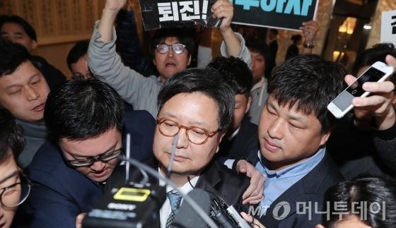 김장겸 MBC 사장이 8일 오전 서울 영등포구 여의도동 방송문화진흥회에서 열린 임시 이사회에 참석하려 했지만 노조원들의 항의로 발길을 돌리고 있다.