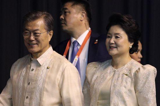 문재인 대통령과 김정숙 여사가 12일 오후(현지시간) 필리핀 마닐라 몰오브아시아 SMX 컨벤션 센터에서 열린 '아세안(ASEAN 동남아시아국가연합) 50주년 기념 갈라만찬'에 참석하고 있다./사진=뉴스1