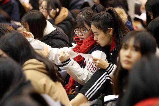 수능을 하루 앞둔 15일 오전 서울 성동구 무학여자고등학교에서 열린 수능 출정식에서 수험생들이 수험표를 확인하고 있다. /사진=뉴스1
