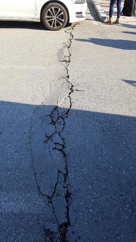 15일 오후 2시29분 경북 포항시 북구 북쪽 9㎞ 지점에서 지진이 발생했다. 지진은 대구와 경북지역에서 건물이 크게 흔들리는 것을 느낄 정도의 큰 진동이 감지됐다. 이날 발생한 지진으로 포항 한동대학교의 아스팔트 바닥이 갈라졌다. /사진=뉴스1