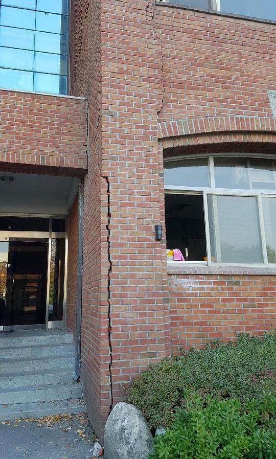 15일 발생한 지진으로 대구와 경북지역에서 건물이 크게 흔들리는 것을 느낄 정도의 큰 진동이 감지됐다. 이날 지진으로 포항 한동대학교 벽에 금이 가고 벽돌이 떨어졌다./사진=뉴스1