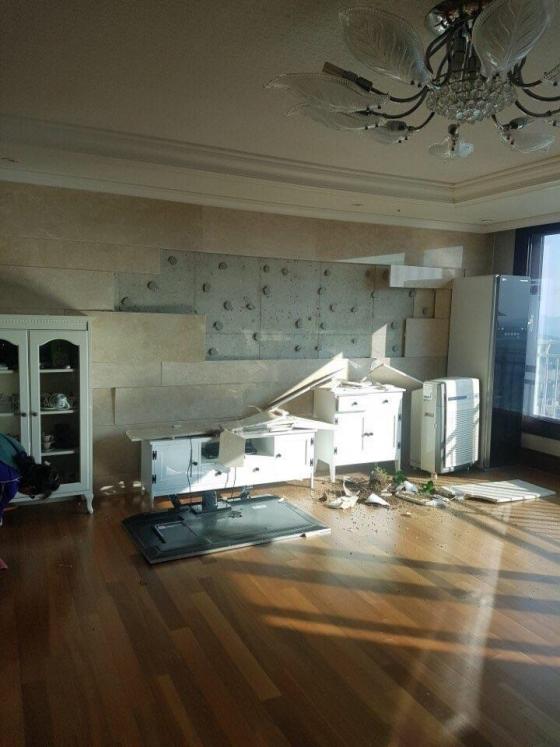 경북 포항시 북구 북쪽 9km 지역에서 규모 5.4 지진이 발생한 15일 오후 포항 시내 주택 내부가  파손돼 있다.(독자 제공)/사진=뉴스1