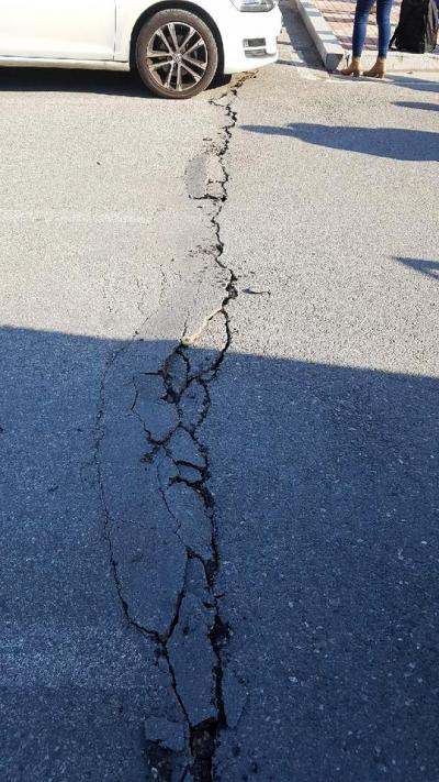 15일 오후 경북 포항시 북구 북쪽 9㎞ 지점에서 규모 5.4의 지진이 발생했다. 이날 지진으로 갈라진 아스팔트 바닥./사진=뉴스1(독자제공)