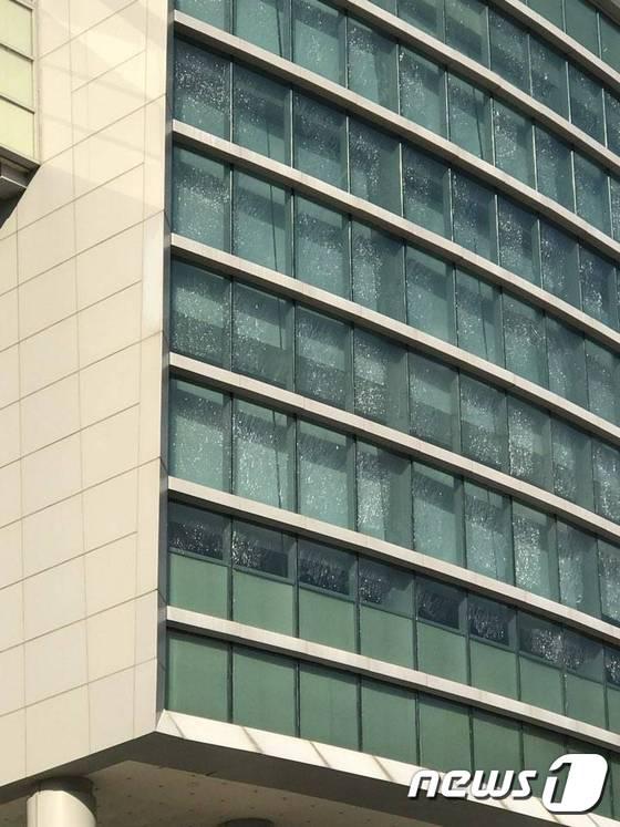 규모 5.4의 지진이 발생한 15일 경북 구미시 한 건물 창문이 손상돼 있다./사진=SNS 캡처,뉴스1