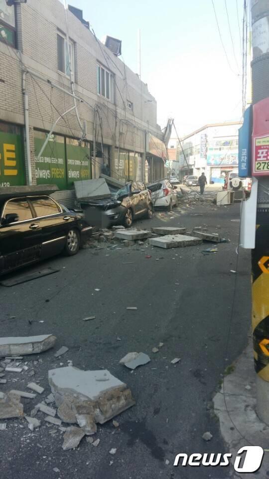 포항시 북구 북쪽에서 규모 5.4 규모의 지진이 발생한 15일 오후 2시29분 포항 시내 곳곳이 지진으로 인해 아수라장으로 변했다/사진=인터넷 커뮤니티 캡처, 뉴스1