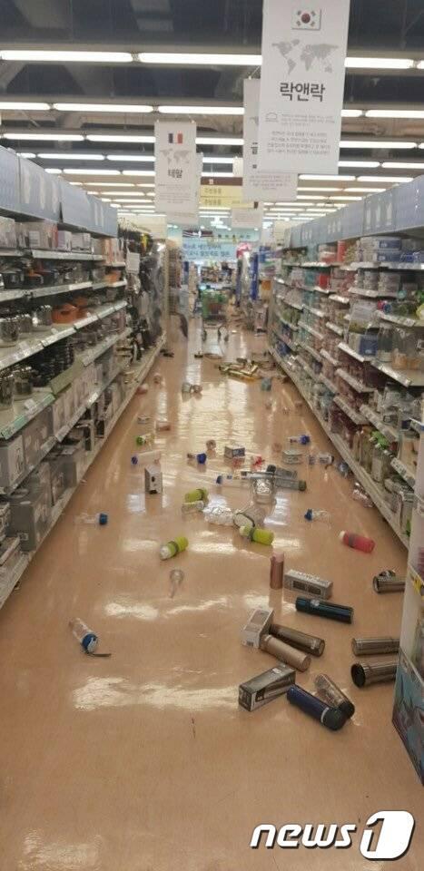 15일 오후 지진 발생으로 경북 포항시 소재 한 대형마트에 물건이 쏟아져있다./사진=인터넷 커뮤니티 캡처, 뉴스1