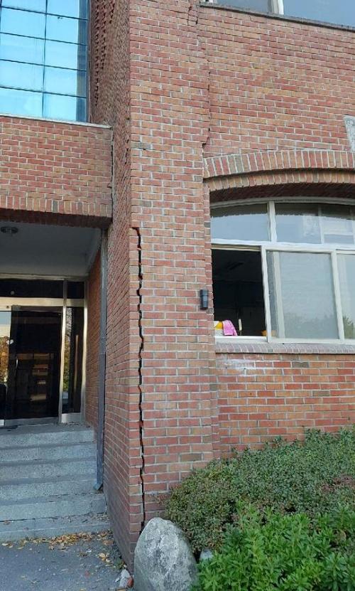 15일 지진으로 포항 한동대학교 벽에 금이 가고 벽돌이 떨어졌다. /사진=독자제공, 뉴스1