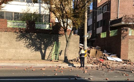 15일 오후 지진 발생으로 포항 시내 건물 일부가 무너져있다/사진=독자제공, 뉴스1