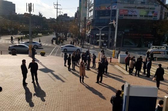 15일 오후 발생한 지진으로 강한 진동을 느낀 포항시청 직원들이 밖으로 대피하고 있다./사진=뉴시스
