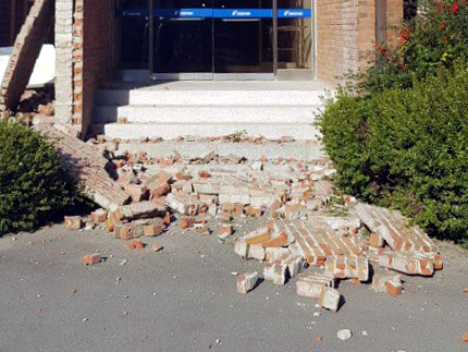 15일 오후 발생한 지진으로 한동대학교 건물 벽돌이 떨어져있다./사진=독자제공, 뉴시스
