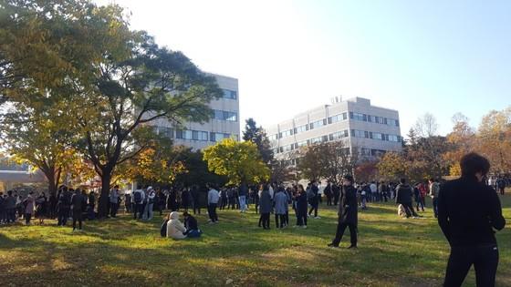 경북 포항시 북구 9km 지역에서 규모 5.4 지진이 발생한 15일 오후 A대학 학생들이 건물 밖으로 대피해 있다/사진=독자제공, 뉴스1