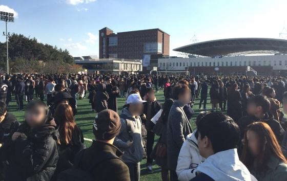 15일 경북 포항시 북구 북쪽 9km 지역에서 규모 5.4 지진이 발생한 가운데 한동대학교 학생들이 운동장에 대피해있다. /사진=뉴시스. 독자 제공