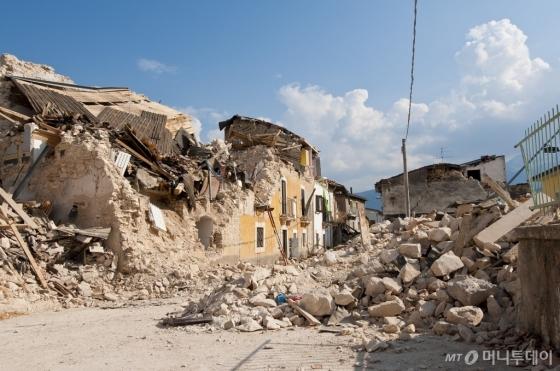 지진으로 붕괴된 건물 참고 이미지