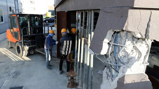16일 포항시 북구 장량동 한 필로티 구조 건물 기둥이 지진으로 파손돼 관계자들이 보조 기둥을 세우는 등의 작업을 하고 있다. /사진=뉴스1