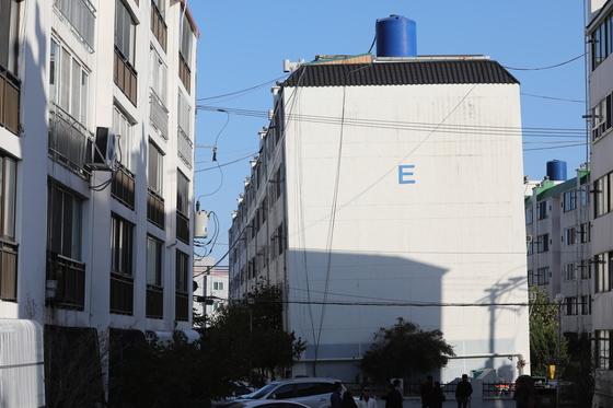 포항시 흥해읍 대성아파트 건물이 지진의 여파로 기울어져 있다. /사진=뉴스1