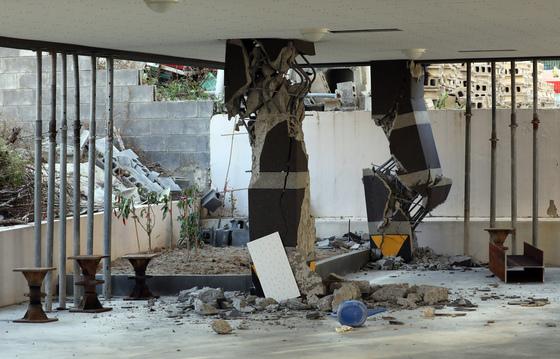 포항시 북구 장량동 한 필로티 구조 건물 기둥이 지진으로 파손돼 있다. /사진=뉴스1
