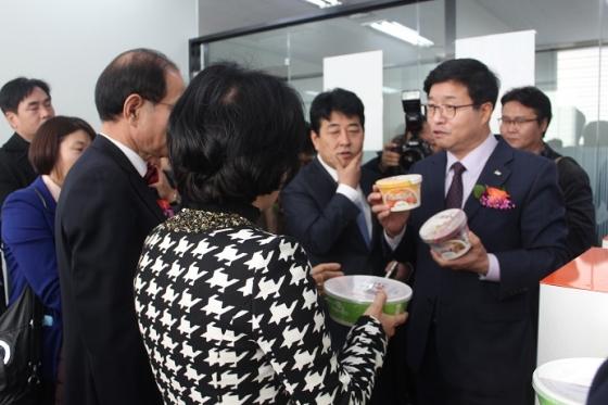 염태영 수원시장과 김진관 수원시의회 의장 등이 세대융합 창업캠퍼스에서 창업가와 이야기를 나누고 있다.