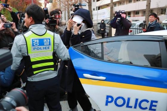 2018학년도 대학수학능시험이 치러진 23일 오전 서울 여의도여자고등학교에 마련된 고사장에서 지각을 한 수험생이 경찰차에서 내리고 있다. /사진=이동훈 기자