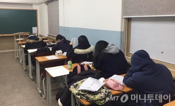 대학 수시전형 논술시험을 하루 앞둔 24일 서울 노원구 중계동 은행사거리 한 논술 학원에서 학생들이 답안 작성 연습을 하고 있다. /사진=한민선 기자