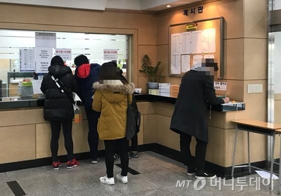24일 서울 노량진 한 재수전문학원에서 학생들이 점심시간을 빌려 논술특강 신청서를 작성하고 있다./사진=정한결 기자