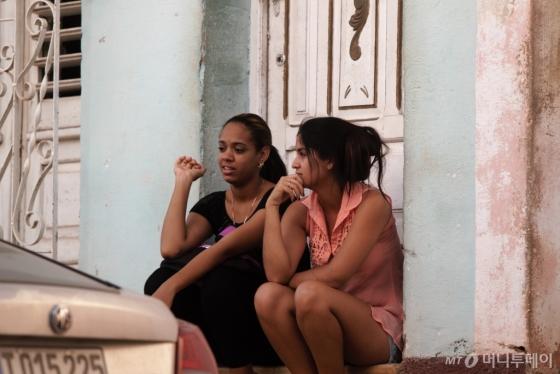출근할 시간이지만 집 앞에 앉아 대화 삼매경에 빠진 젊은 여성들. /사진=이호준 시인·여행작가