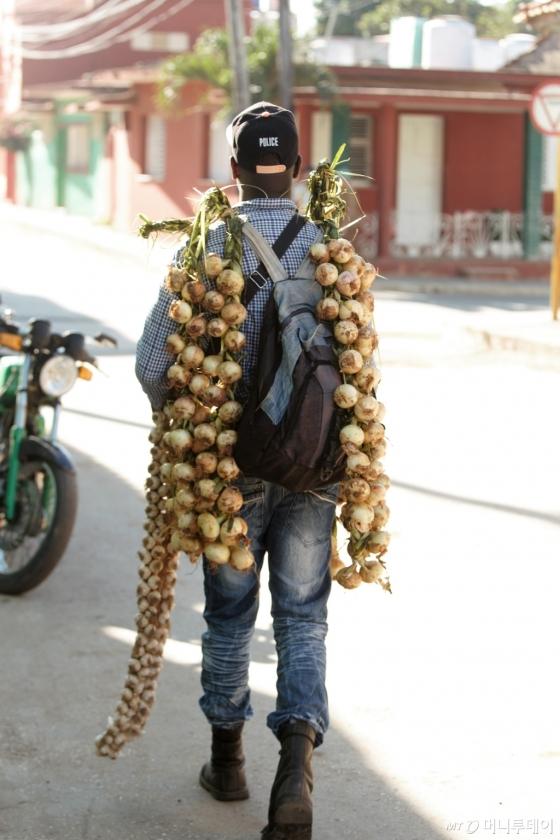 아침마다 지나가는 마늘장수 청년. /사진=이호준 시인·여행작가