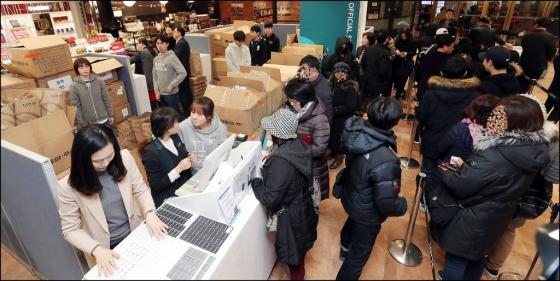 입고될 때마다 매진 사태를 빚은 '평창 롱패딩' 재판매가 시작된 22일 오전 서울 영등포구 영등포 롯데백화점에서 소비자들이 패딩을 구매하고 있다./사진=김창현 기자
