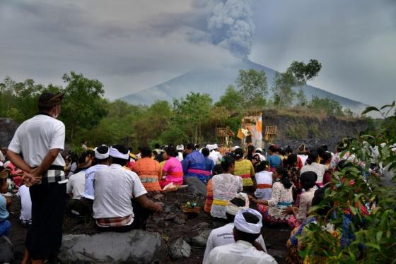지난 26일(현지시간) 발리 아궁화산 분화를 바라보며 안전하게 지나가달라고 기도하고 있는 힌두계 발리 주민_AFPBBNews_뉴스1