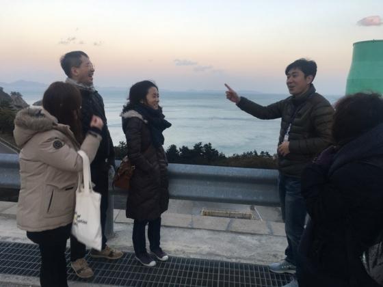 전남 고흥 '나로우주센터'에서 최정규(오른쪽 두번째) 연구원의 설명을 듣고 있는 제2회 머니투데이 과학문학상 수상자들. /사진=이경은 기자<br />