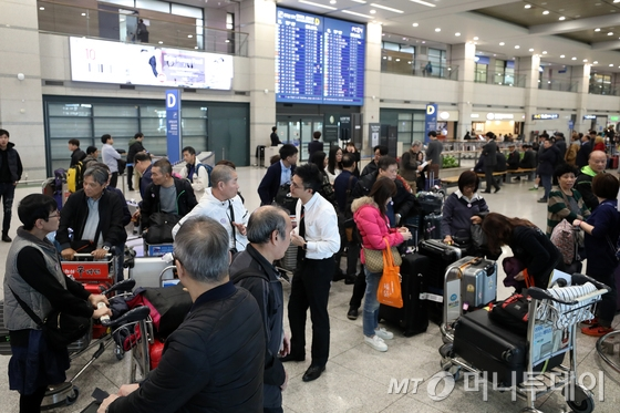 지난 15일 오후 인천국제공항을 통해 한국을 찾은 유커들이 입국하고 있다. 사드(THAAD, 고고도미사일방어체계) 배치 갈등으로 얼어붙었던 한·중 관계가 개선 조짐을 보이며 한국을 찾는 유커들이 늘어나고 있다. /사진=뉴스1