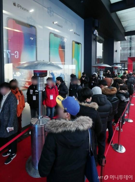 아이폰X 정식 출시일인 24일 오전 서울 광화문 KT스퀘어 앞에서 구매자들이 줄지어 서 있다.