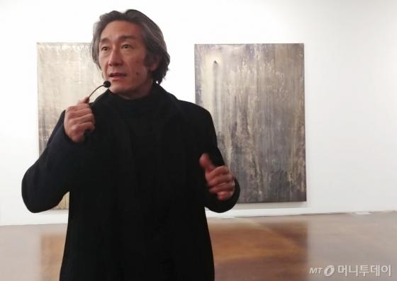 마이클 주가 30일 서울 종로구 국제갤러리에서 개막한 개인전 '싱글 브레스 트랜스퍼'(Single Breath Transfer) 기자간담회에서 작품을 설명하고 있다. /사진=구유나 기자