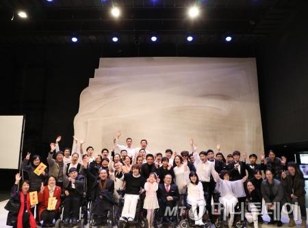 10월 30일 진행된 마지막 공연이 끝난 후 홍보대사인 배우 황정민과 전 스탭이 기념사진을 촬영하고 있다 / 사진=신재은 에디터