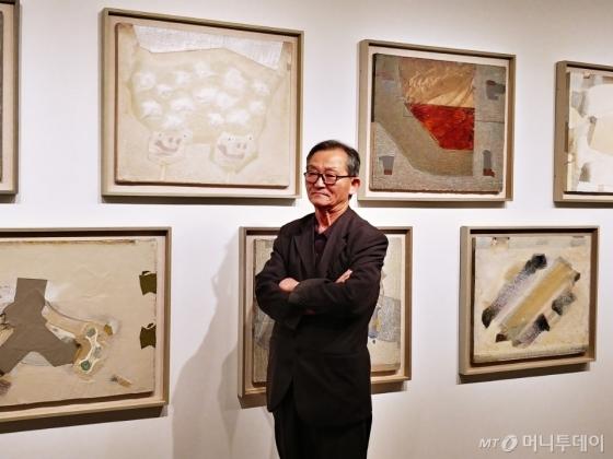 임충섭 작가가 4일 서울 종로구 현대화랑에서 열리는 '단색적 사고' 전시 공간에서 작품을 설명하고 있다. /사진=구유나 기자