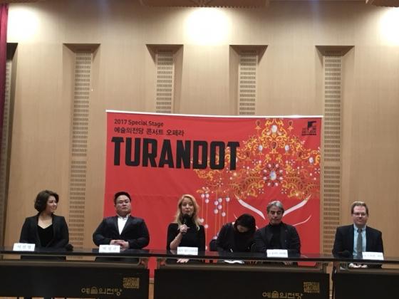 4일 예술의전당에서 열린 오페라 '투란도트' 기자간담회에서 '투란도트' 역의 소프라노 리즈 린드스트롬(52)이 인사말을 건네고 있다./사진=이경은 기자.