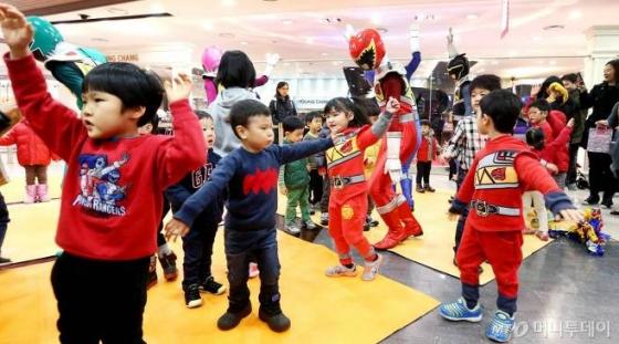 국내 한 백화점이 어린이들을 위해 코스튬 이벤트를 진행하고 있다./사진=홍봉진 기자