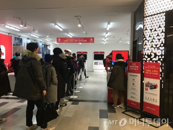 지난 1일 닌텐도 스위치 판매 시작을 기다리는 소비자들