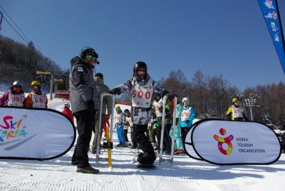 지난 1월 '스키 코리아 페스티벌'에 참가한 외국인들이 스노보드를 즐기고 있다. /사진제공=한국관광공사<br />
