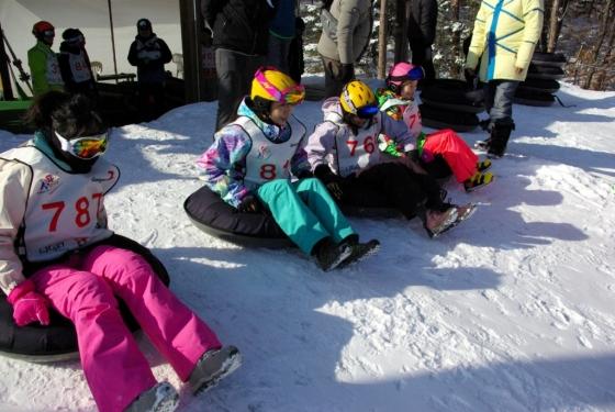 지난 1월 '스키 코리아 페스티벌'에서 눈썰매를 즐기는 동남아 관광객. /사진제공=한국관광공사<br />