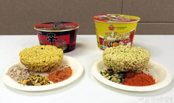 '신라면 블랙 사발'(왼쪽)과 '진라면 매운맛 용기'의 내용물. /사진=이상봉 기자