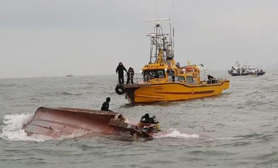 3일 오전 6시12분쯤 인천 영흥도 앞 해상에서 22명이 탄 낚싯배가 전복됐다. 사고 선박 주변에서 해경이 헬기와 배를 이용해 구조 작업을 하고 있다. /사진=인천해양경찰서
