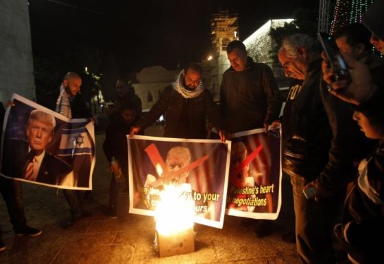 <br /> 5일(현지시간) 팔레스타인 자치지구 베들레헴의 한 광장에서 시민들이 도널드 트럼프 미국 대통령의 예루살렘 이스라엘 수도 인정과 이스라엘 주재 미국 대사관 이전 방침에 대해 항의하는 시위를 벌이고 있다.