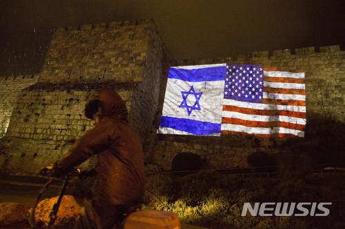 7일(현지시간) 예루살렘 거리의 한 벽에 이스라엘 국기와 미국 성조기 모습이 투영돼 있다. /AP=뉴시스