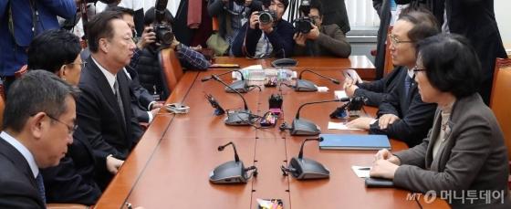 박용만 대한상공회의소 회장이 7일 근로기준법 개정에 대한 재계 입장을 전달하기 위해 국회 환노위를 방문했다. /사진=홍봉진 기자