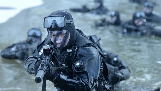 특전사 설한지 극복훈련에서 수중침투작전을 펼치고 있는<br> 모습./사진=뉴스1 DB
