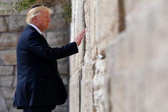 지난 5월 22일 이스라엘을 방문한 도널드 트럼프 미국 대통령이 유대인 전통 모자 '키파'를 쓰고 예루살렘의 '통곡의 벽' 앞에 서 있다. 트럼프 대통령은 6일(현지시간) 예루살렘을 이스라엘의 수도로 공식 선언하고, 이스라엘 주재 미국 대사관도 텔아비브에서 예루살렘으로 옮기는 방안을 발표했다. /AFPBBNews=뉴스1