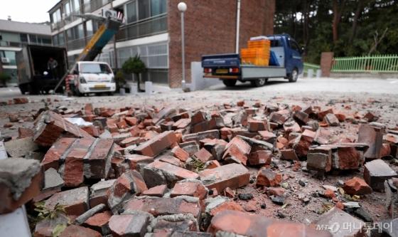 지진으로 파손된 포항시 한 빌라에서 LH 임대주택으로 이동하기 위해 이삿짐을 옮기는 모습. /사진제공=뉴시스