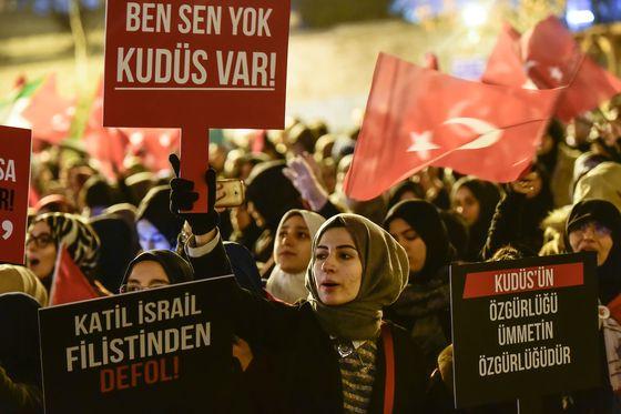 """6일(현지시간) 도널드 트럼프 미국 대통령의 예루살렘을 이스라엘 수도로 인정하는 선언에 반발하는 터키 시위대들이 이스탄불에서 """"예루살렘을 내버려두라"""" 고 쓴 팻말을 들고 집회를 하고 있다. 팔레스타인 측은 트럼프 대통령의 선언에 강하게 반발하면서 이날부터 사흘간을?'분노의 날'로 규정하고 대규모 시위를 벌일 것으로 알려졌다.  © AFP=뉴스1  <저작권자 © 뉴스1코리아, 무단전재 및 재배포 금지>"""